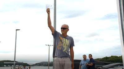 Muškarac s natpisom 'ĆAĆA' (foto printscreen/Dnevnik.hr)