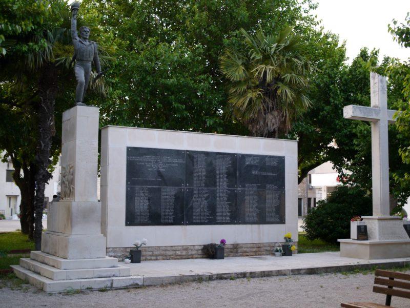 Foto: Kristina Leko, dva spomenika u Zatonu