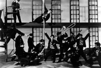 Scena iz filma 'Jailhouse Rock' s Elvis Presleyem i ostalim glazbenicima u zatvoru