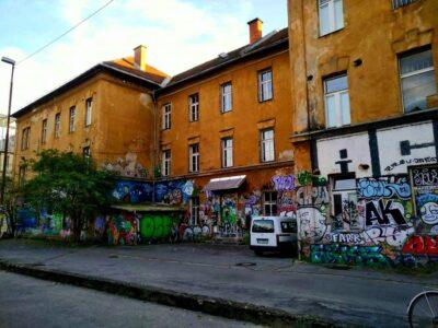 Dežela: Vlada Janeza Janše izbacuje kulturnjake i aktiviste iz kultne ljubljanske Metelkove, među njima i Laibachov NSK