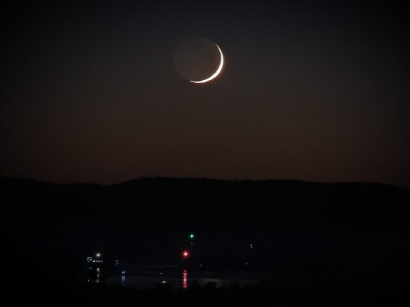 Mladi Mjesec s vodom gledan sa Zemlje (iz Šibenika) - foto TRIS/G. Šimac