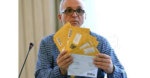 Hrvoje Zovko, predsjednik HND-a, s kovertama u kojima su tužbe i presude protiv novinara i medija (Foto Facebook HND/HINA)