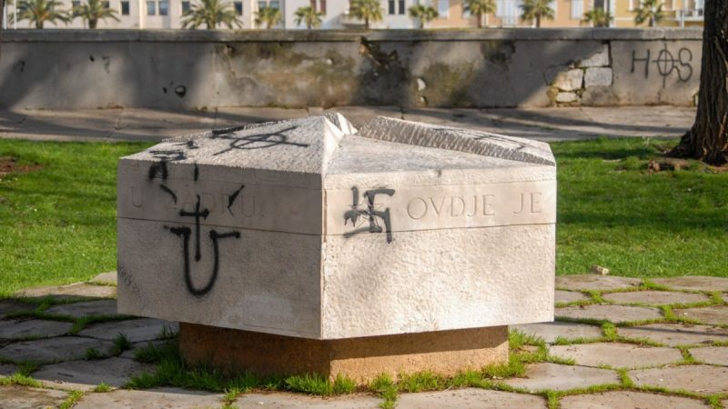 Foto: Spomenik na zadarskom Muraju išaran ustaškim i nacističkim žvrljotinama, izvor: Antena Zadar