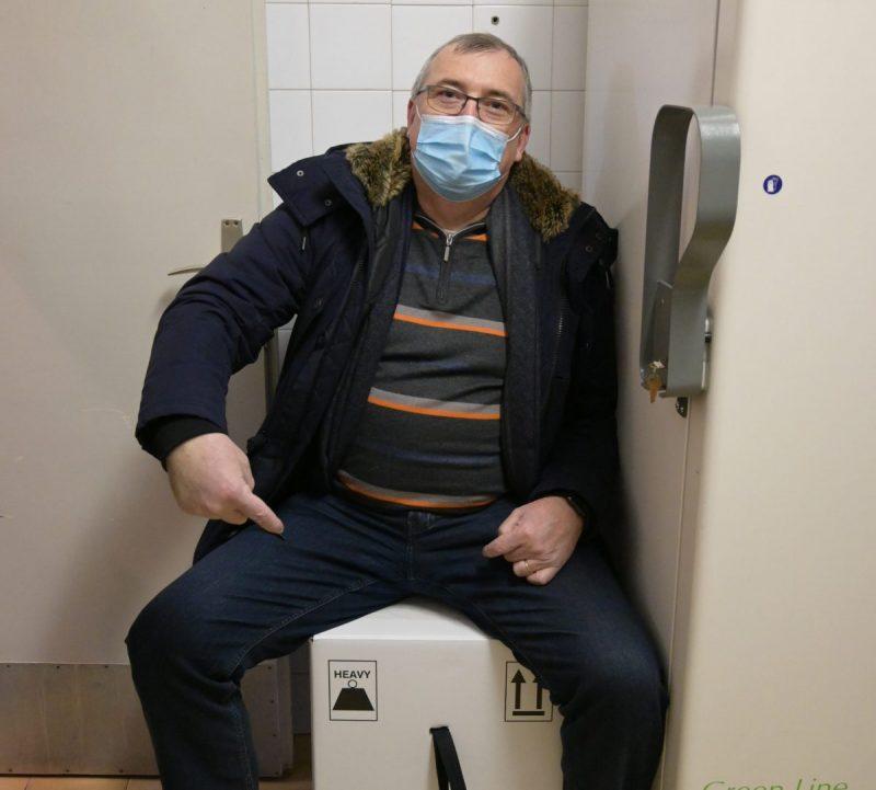 K. Capak u povijesnom trenutku sjedenja na kutiji s cjepivom(foto HZJZ)