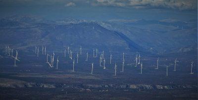 Gusto posijane vjetrenjače vjetroelektrane Krš Pađene (foto TRIS/G. Šimac)