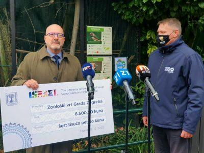 Mor i Skok su se fotografirali s golemim kartonom - prikazom 'čeka' na 6.500 kuna (foto ZG ZOO)