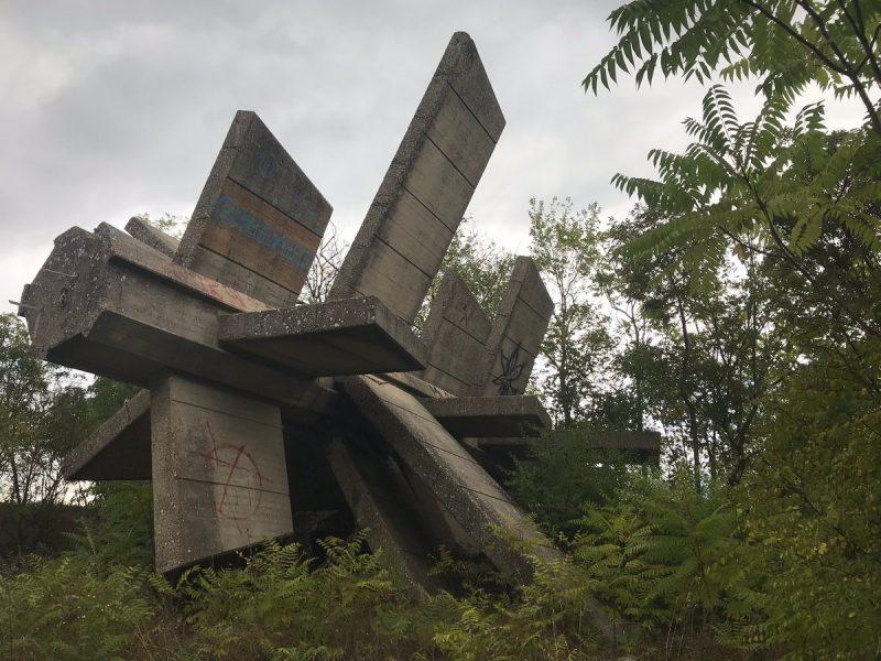 Foto: Otvoreni likovni pogon, srušeni spomenik  osloboditeljima Dalmacije na kninskom brdu Spas