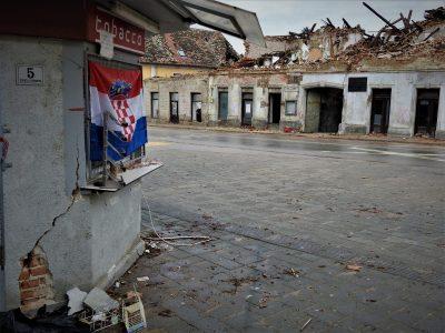 Ilustracija Hrvatska zastava usred puste Petrinje (foto TRIS/G. Šimac)
