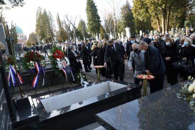 Nekoliko stotina ljudi na Tuđmanovom pogrebu nije problem, ali stotine mladih ispred Studentskog doma u Zagrebu, trenutno rastjeruje policija!