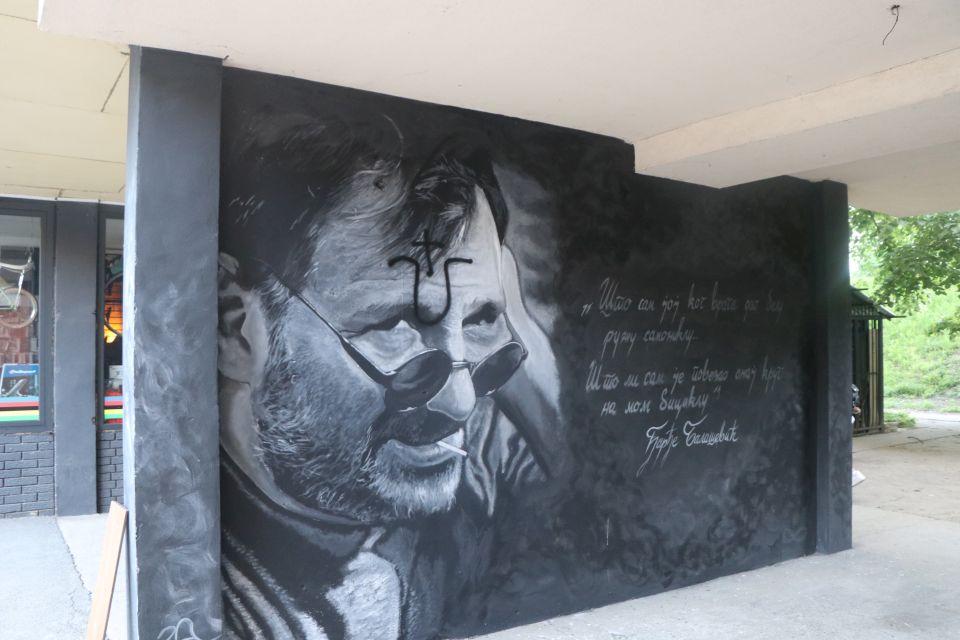 """Mural posvećen Balaševiću u Novom Sadu nakazno oskvrnut ustaškim """"U"""" s križem…"""