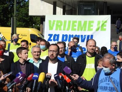 'Vrijeme je za prave promjene' piše na transparentu Možemo! (foto TRIS/G. Šimac)