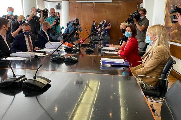 Primopredaja vlasti/ Tomašević zakasnio na primopredaju, pomagao je gospođi kojoj je pozlilo na tramvajskoj stanici…