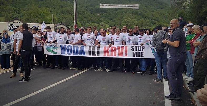 'Voda ili krv!': Više stotina građana uz potporu Dubioza kolektiva zaustavilo gradnju 15 (!) hidroelektrana na rijeci Netervici