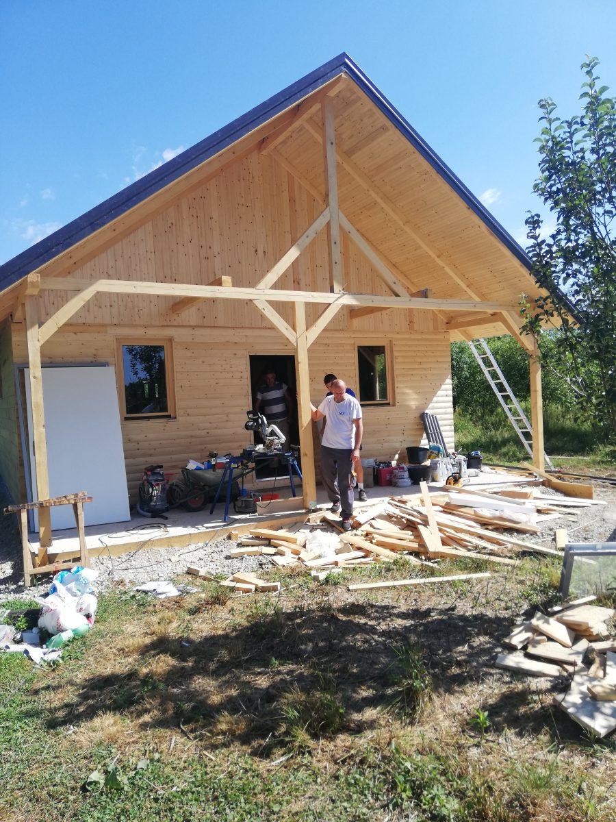 Stolarija Mandić i glinske drvene kućice za najugroženije: Kako državna obnove napreduje, nekima će Mandićeve kućice biti doživotni dom…