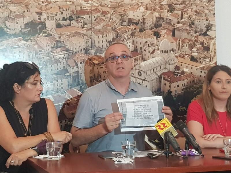Ivana Bulat, Hrvoje Zovko sa sramotnim natpisom i Lucija Cvitan (foto Tris)