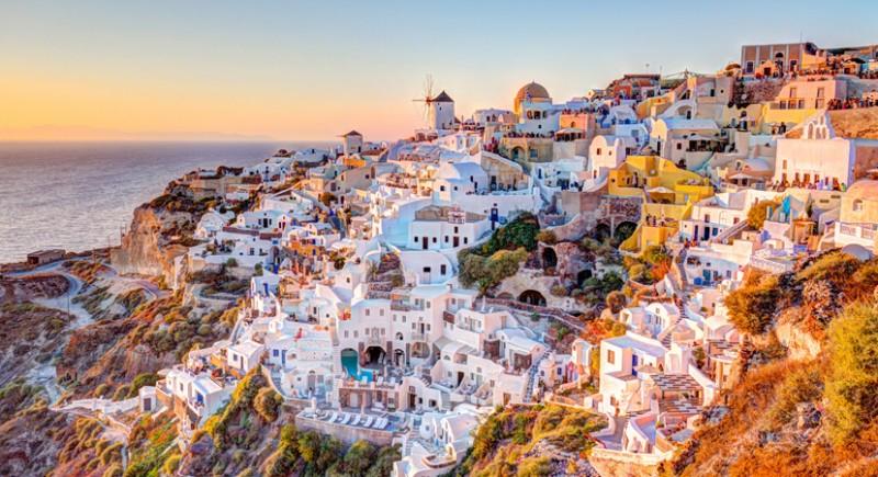 Grčki otok Santorini sav u bijelom